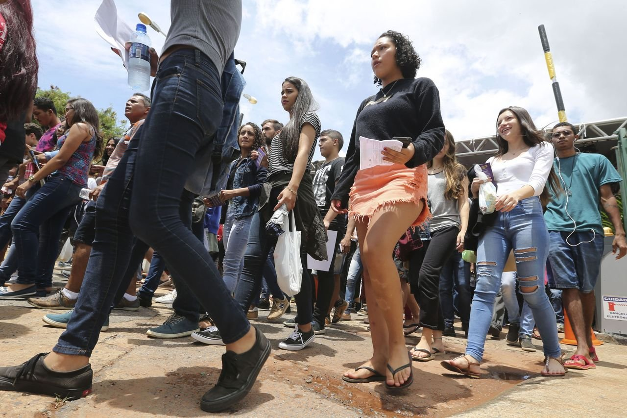 Candidatos aguardam abertura dos portões do UniCEUB em Brasília no primeiro dia do Enem de 2018